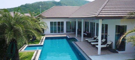 Spacious Pool Villas Near Golf Course