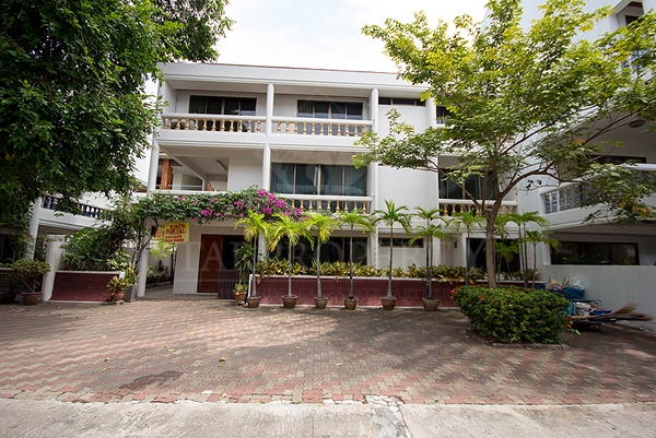 Beautiful 3 Storey Town Home For Sale (10631)