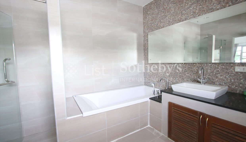 List-Sotheby-International-Realty-View-Point-94-Jomtien-Pool-Villa-bathroom1