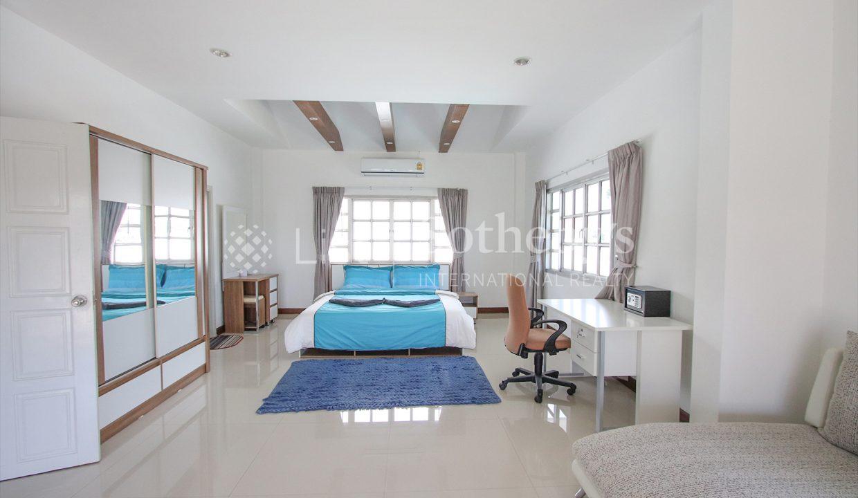 List-Sotheby-International-Realty-View-Point-94-Jomtien-Pool-Villa-bedroom1