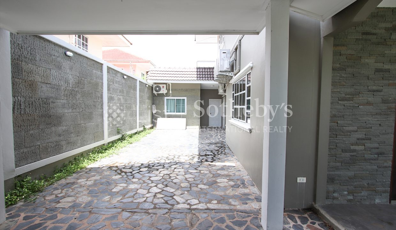 List-Sotheby-International-Realty-View-Point-94-Jomtien-Pool-Villa-garage1